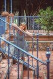 Junge Frau, die im Park stillsteht Lizenzfreies Stockfoto