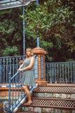 Junge Frau, die im Park stillsteht Stockfoto