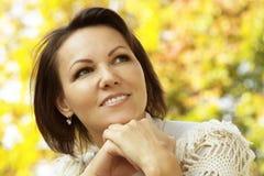 Junge Frau, die im Park stillsteht Stockbild