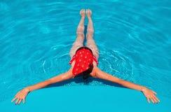 Junge Frau, die im Pool sich entspannt Stockfotos