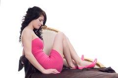 Junge Frau, die im rosafarbenen Kleid aufwirft Lizenzfreie Stockfotografie