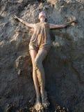 Junge Frau, die im Schlamm steht lizenzfreie stockbilder