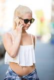 Junge Frau, die im Telefon spricht Stockfotos