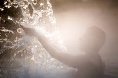 Junge Frau, die im thermischen Pool sich entspannt Lizenzfreies Stockbild