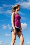 Junge Frau, die im Wind steht Stockfotografie