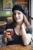 Junge Frau, die Inda helles Bier trinkt Lizenzfreies Stockfoto