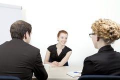 Junge Frau, die interviewt wird lizenzfreies stockbild