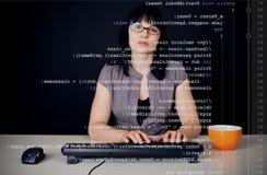 Junge Frau, die Java Program schreibt Stockfotos