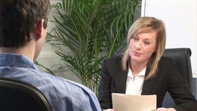 Junge Frau, die Job Interview gibt stock footage