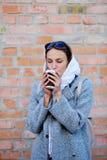 Junge Frau, die köstlichen Kaffee trinkt Stockfoto