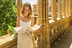 Junge Frau, die Karte betrachtet stockfotos
