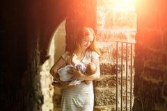 Junge Frau, die Kind hält Lizenzfreie Stockfotos