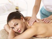 Junge Frau, die klassische Massage hat. Stockfotografie