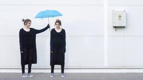 Junge Frau, die Konzept des Entwurfes sich hilft Stockfotografie