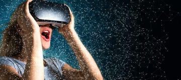 Junge Frau, die Kopfhörer der virtuellen Realität verwendet stockbilder