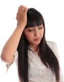 Junge Frau, die Kopfschmerzen betont wird, überbelastet ist oder mit stockfotografie