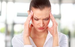 Junge Frau, die Kopfschmerzen erleidet Stockfoto