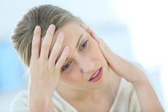 Junge Frau, die Kopfschmerzen erleidet Lizenzfreie Stockbilder