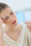 Junge Frau, die Kopfschmerzen hat Stockfoto