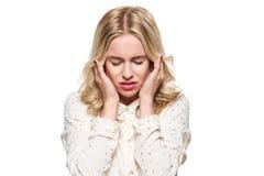 Junge Frau, die Kopfschmerzen hat Betonte erschöpfte junge Frau, die ihre Tempel massiert Frau, die unter Migräne leidet lizenzfreie stockfotos