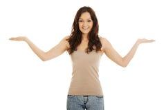 Junge Frau, die Kopienraum in den Händen hält Lizenzfreies Stockfoto