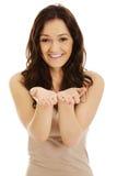 Junge Frau, die Kopienraum in den Händen hält Stockfoto