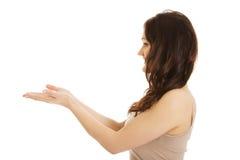Junge Frau, die Kopienraum in den Händen hält Lizenzfreie Stockbilder