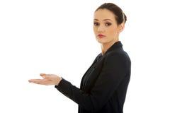 Junge Frau, die Kopienraum in den Händen hält Stockbilder