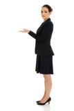 Junge Frau, die Kopienraum in den Händen hält Stockfotografie