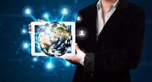 Frau, die Kugel der Erde 3d in der modernen Tablette darstellt Stockfotos