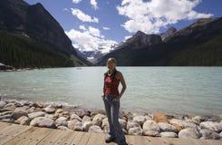 Junge Frau, die Lake Louise genießt Lizenzfreies Stockbild