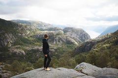 Junge Frau, die Landschaft genießt Stockfotos