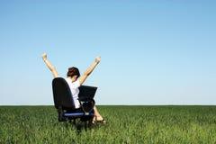 Junge Frau, die an Laptop arbeitet Lizenzfreie Stockfotografie