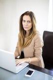 Junge Frau, die an Laptop arbeitet Lizenzfreie Stockbilder