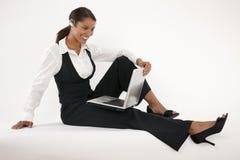 Junge Frau, die Laptop und blauen Zahn verwendet Stockfoto