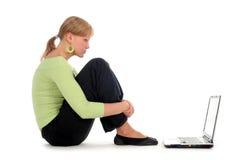 Junge Frau, die Laptop verwendet Lizenzfreie Stockfotografie
