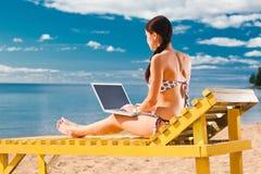 Junge Frau, die Laptop verwendet Stockfoto