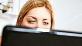Junge Frau, die Laptop verwendet stock video footage