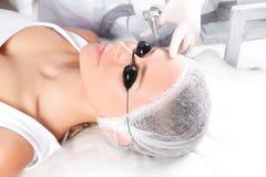 Junge Frau, die Laser-Abbau des dauerhaften Makes-up im Salon durchmacht Augenbrauenkorrektur Lizenzfreies Stockbild