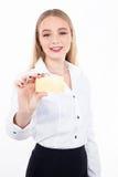 Junge Frau, die leere Visitenkarte in einem hand- Archivbild hält Stockfotos