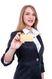 Junge Frau, die leere Visitenkarte in einem hand- Archivbild hält Stockfoto