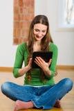 Junge Frau, die on-line-Datierung tut Stockfotos