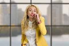 Junge Frau, die lustige Lippen herstellt Stockfotos