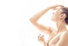Junge Frau, die müdes lokalisiert auf weißem Hintergrund schaut lizenzfreies stockfoto