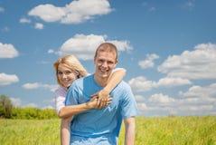 Junge Frau, die Mann umarmt Stockfoto