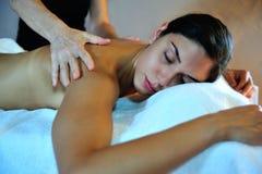 Junge Frau, die Massage empfängt Stockbilder