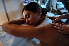 Junge Frau, die Massage empfängt Stockbild