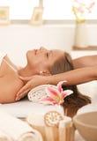 Junge Frau, die Massage genießt lizenzfreie stockbilder