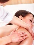 Junge Frau, die Massage hat. Stockfotografie
