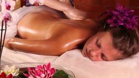 Junge Frau, die Massage hat stock footage